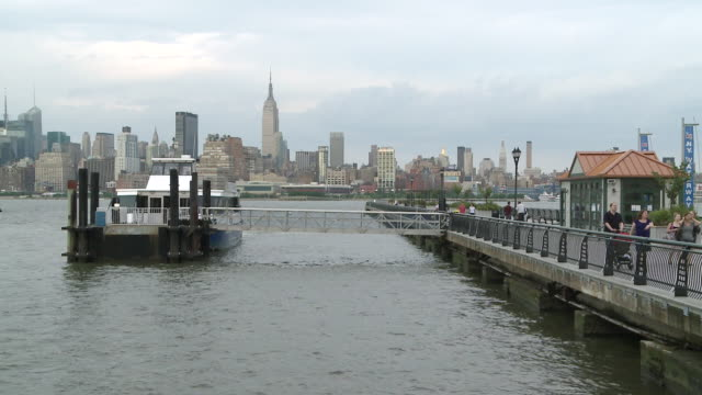 ms view of midtown manhattan from pier across hudson river / jersey city, new jersey, united states - ジャージーシティ点の映像素材/bロール