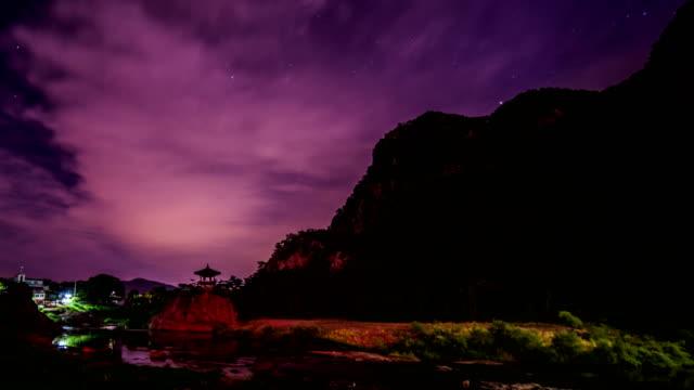 vídeos de stock, filmes e b-roll de view of milky way over gazebo at wollyubong mountaintop and the river in yeongdonggun, chungcheongbuk-do at night - espaço e astronomia