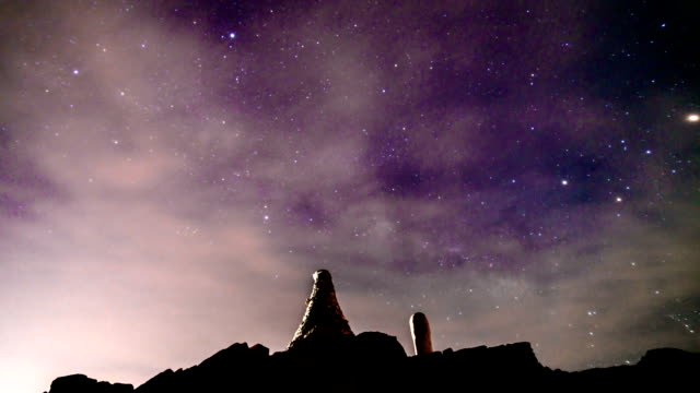 view of milkyway and star field over hambaeksan mountain - simbolo informazioni video stock e b–roll