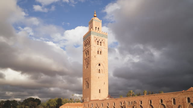 ms t/l  view of minaret of koutoubia mosque  / marrakech, morocco - minareto video stock e b–roll