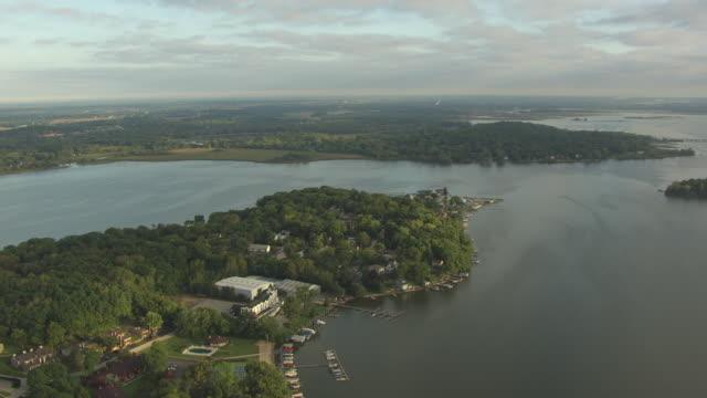 ws aerial pov view of mineola hotel / lake county, illinois, united states - illinois stock videos & royalty-free footage