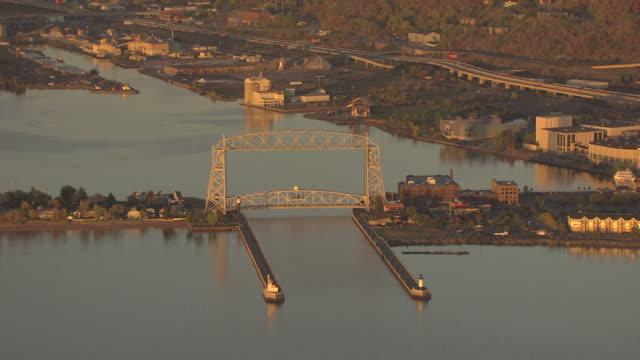 ws aerial view of minnesota point and aerial lift bridge / duluth, minnesota, united states - kantilever bildbanksvideor och videomaterial från bakom kulisserna
