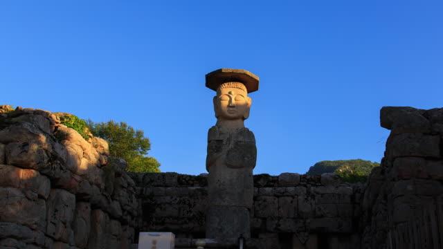 vídeos de stock e filmes b-roll de view of mireungnistanding stone buddha(korea treasure 96) - figura masculina