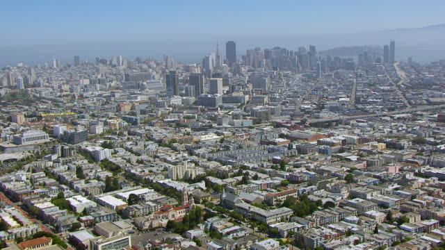 stockvideo's en b-roll-footage met ws zo aerial pov view of mission dolores basilica with cityscape / san francisco, california, united states - missiehuis