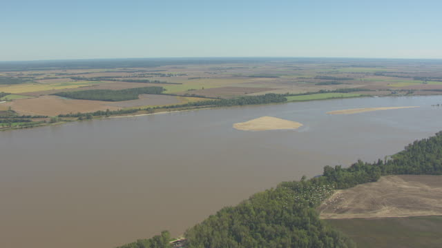 vidéos et rushes de ws aerial ts view of mississippi river and farmland with flock of pelicans flying en route west of tiptonville in new madrid county / missouri, united states - fleuve mississippi