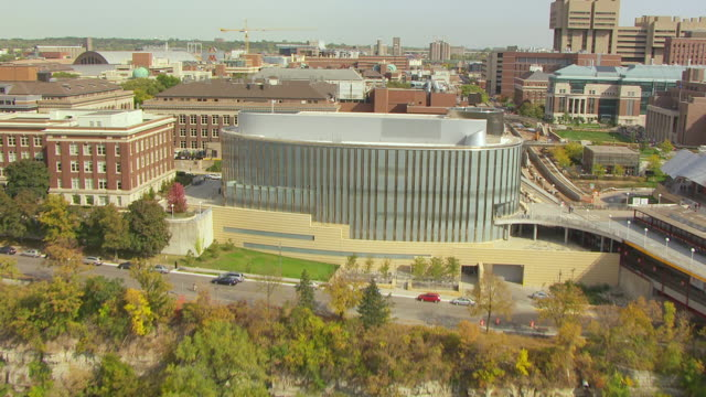 vidéos et rushes de ws aerial view of mississippi river to reveal ms university of minneapolis campus with tcf bank stadium in back side / minneapolis, minnesota, united states - fleuve mississippi