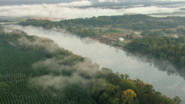stockvideo's en b-roll-footage met ws aerial view of misty sunrise over alabama river / montgomery, alabama, united states - alabama