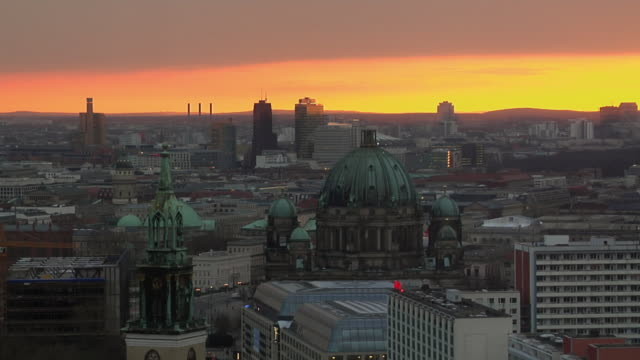 stockvideo's en b-roll-footage met ws, ha, view of mitte district at sunset, berlin, germany - oude stad
