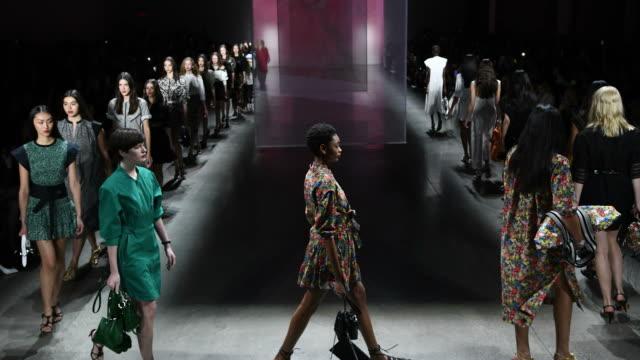 vídeos y material grabado en eventos de stock de a view of models walking the runway at the rebecca minkoff front row during new york fashion week the shows at gallery i at spring studios on... - semana de la moda de nueva york