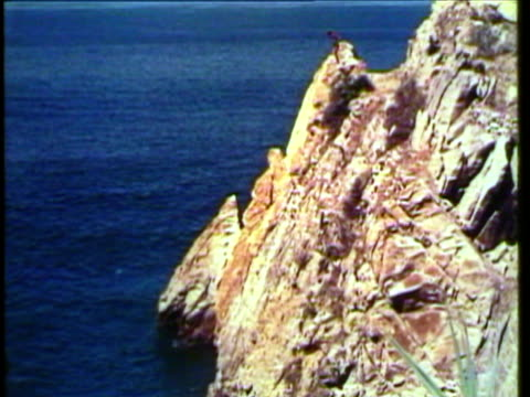 1953 WS TD View of modern buildings, High divers in Acapulco  / Acapulco, Mexico / AUDIO