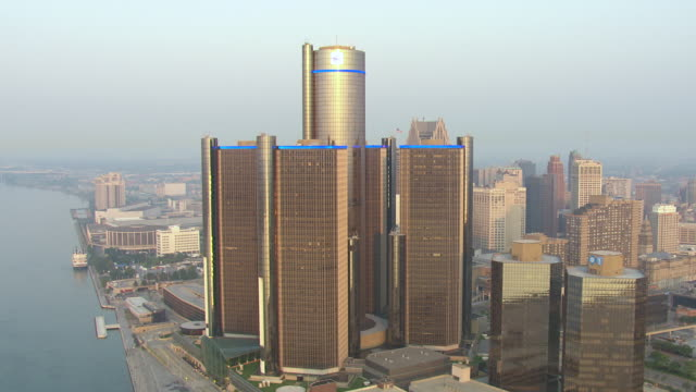 vidéos et rushes de ws aerial pov view of modern skyscrapers in downtown at sunrise / detroit, michigan, united states - détroit michigan