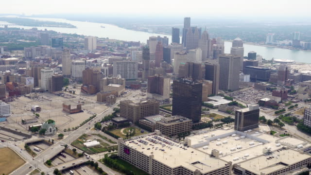 vidéos et rushes de ws aerial pov view of modern skyscrapers in downtown with detroit river in background / downtown detroit, detroit, michigan, united states - détroit michigan