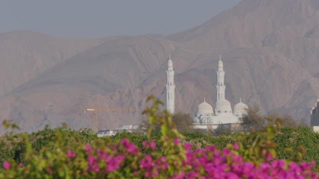 vídeos y material grabado en eventos de stock de view of mohammed al ameen mosque & mountains, muscat, oman, middle east, asia - omán