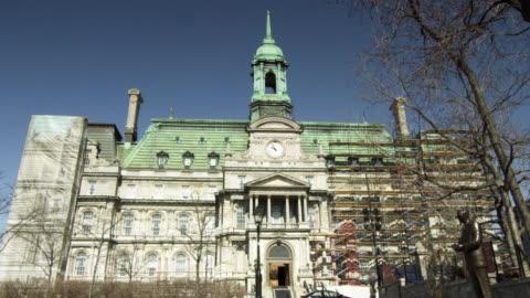 ws view of montreal city hall / montreal, quebec, canada - fronton bildbanksvideor och videomaterial från bakom kulisserna