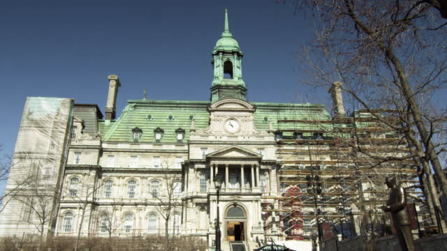 vidéos et rushes de ws view of montreal city hall / montreal, quebec, canada - fronton