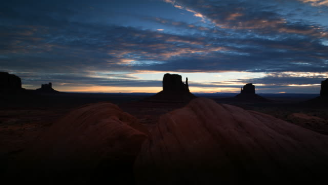 ws t/l pan view of monument valley at sunrise / monument valley tribal park, arizona, united states - südwestliche bundesstaaten der usa stock-videos und b-roll-filmmaterial