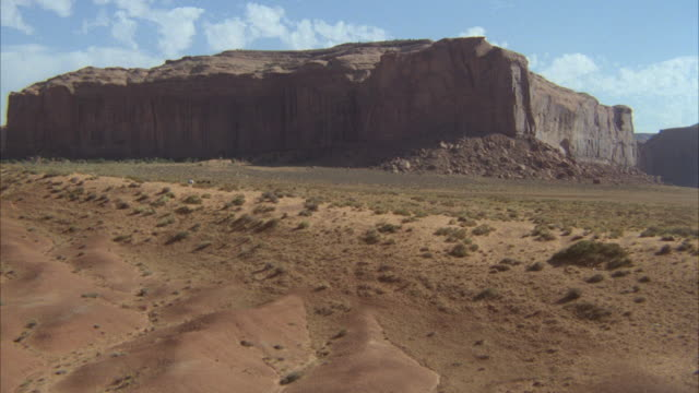 vidéos et rushes de aerial ws pov view of monument valley / unspecified - animaux au travail