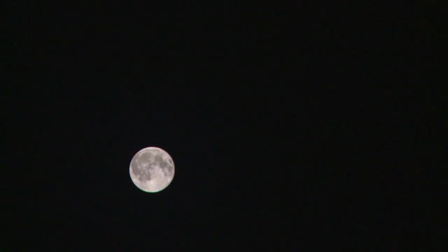 vídeos de stock e filmes b-roll de ws t/l view of moon moving from frame / arviat, nunavut, canada - wiese