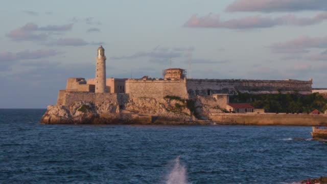 vídeos y material grabado en eventos de stock de view of morro castle (castillo del morro) / havana, cuba - castillo estructura de edificio