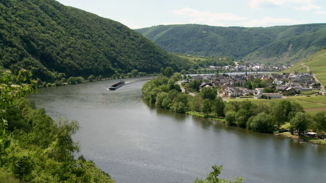 stockvideo's en b-roll-footage met ws view of moselle valley with small village and ferry boat / beilstein, moselle valley, rhineland palatinate, germany - passagiersboot
