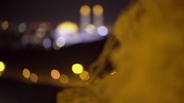 vídeos y material grabado en eventos de stock de vista de la mezquita por la noche - omán