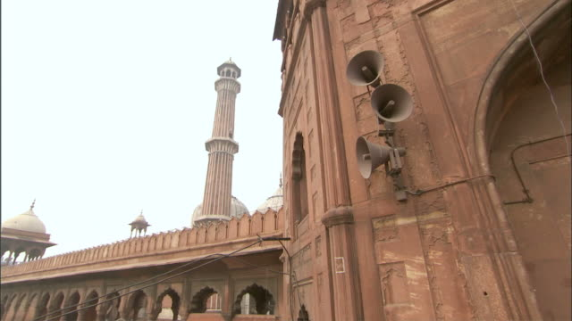 ws cu zi view of mosque /delhi, national territory of delhi, india - minareto video stock e b–roll