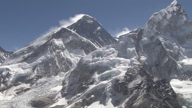 ws zi view of mount everest from panorama at kala pattar / gorak shep, khumbu region, nepal - khumbu stock videos and b-roll footage