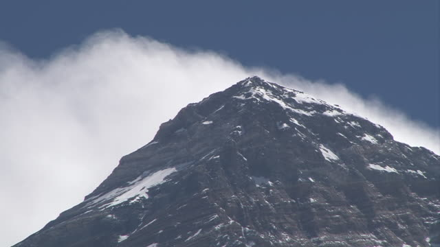 ms view of mount everest summit with clouds chasing over peak / gorak shep, khumbu region, nepal - khumbu stock videos and b-roll footage