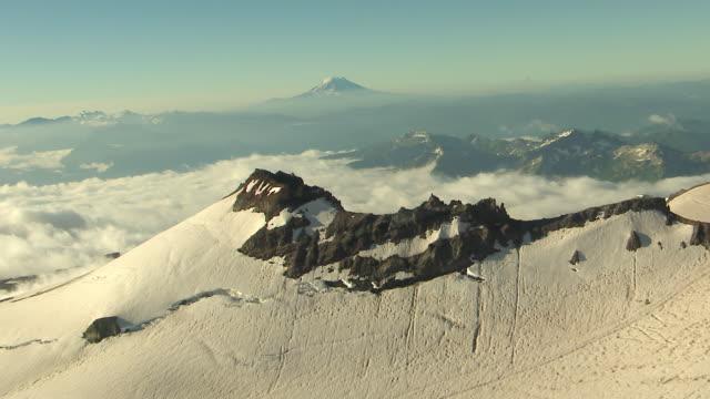 ws aerial view of mount rainier summit / washington, united states - mount rainier bildbanksvideor och videomaterial från bakom kulisserna