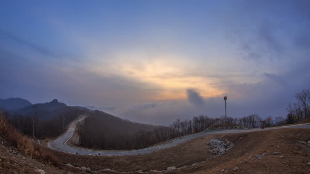 view of mountain and cloud sea at sunrise - 山間道路点の映像素材/bロール