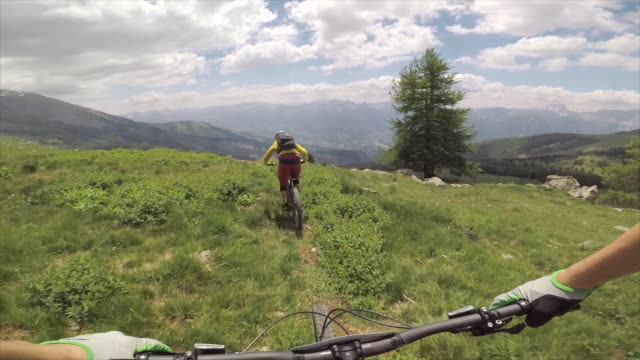vidéos et rushes de pov view of mountain biking handlebars on bicycles, men riding bikes in switzerland. - faire du vélo tout terrain