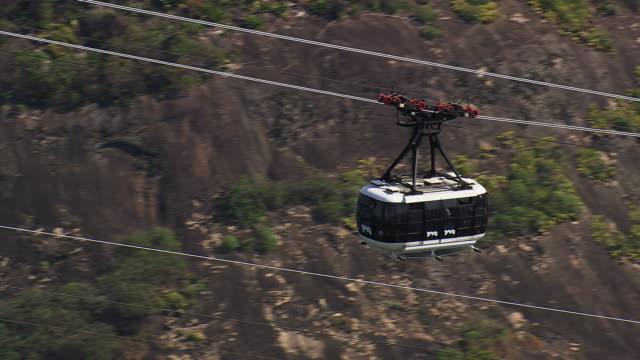 vídeos de stock, filmes e b-roll de ms aerial view of mountain cable car / rio de janeiro, brazil - cable