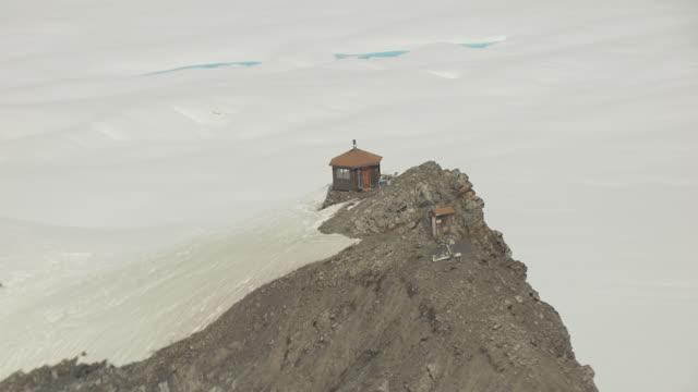 vidéos et rushes de ms aerial zo view of mountain house / alaska, united states - cabane structure bâtie