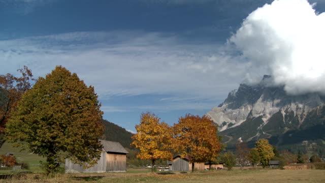 vídeos de stock, filmes e b-roll de view of mountain in lermoos, tirol, austria - montanha zugspitze
