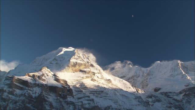 ws view of mountain peak in winter / gimmelwald, berner oberland, switzerland - gimmelwald stock videos & royalty-free footage