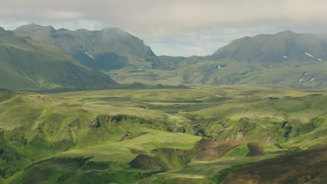 vídeos de stock, filmes e b-roll de ws aerial view of mountain range at landmannalaugur / iceland - islândia central