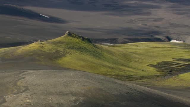 vídeos de stock, filmes e b-roll de ws aerial zi zo view of mountain range at landmannalaugur / iceland - islândia central