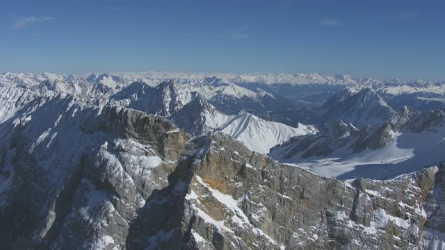 vídeos de stock, filmes e b-roll de ws aerial view of mountain range / zugspitze, bavaria, germany - montanha zugspitze