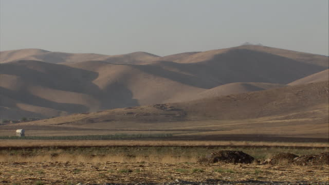 ws pan view of mountain / sulaymaniyah, kurdistan, iraq - イラク点の映像素材/bロール