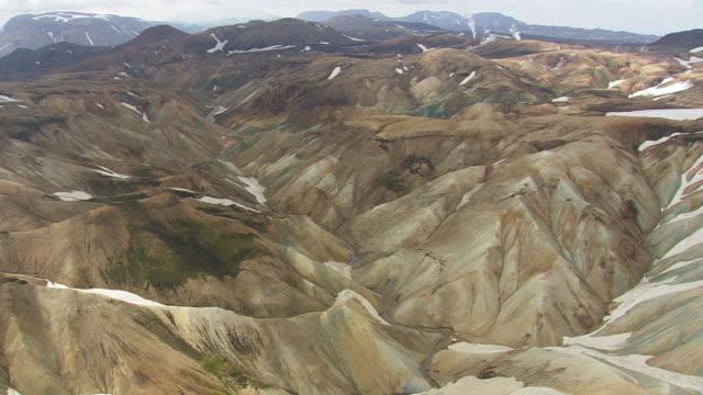 vídeos de stock, filmes e b-roll de ws aerial zi view of mountain valley at landmannalaugur / iceland - islândia central
