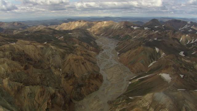 vídeos de stock, filmes e b-roll de ws aerial view of mountain vally in landmannalaugur / iceland - islândia central