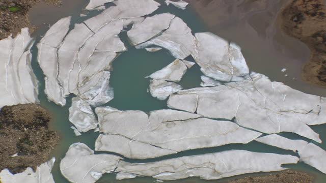 vídeos de stock, filmes e b-roll de ws aerial view of mountain with snow in landmannalaugur / iceland - islândia central