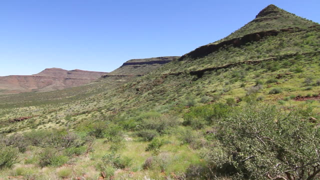 stockvideo's en b-roll-footage met ws pan view of mountain with valley / darmaland, kunene, namibia - wiese