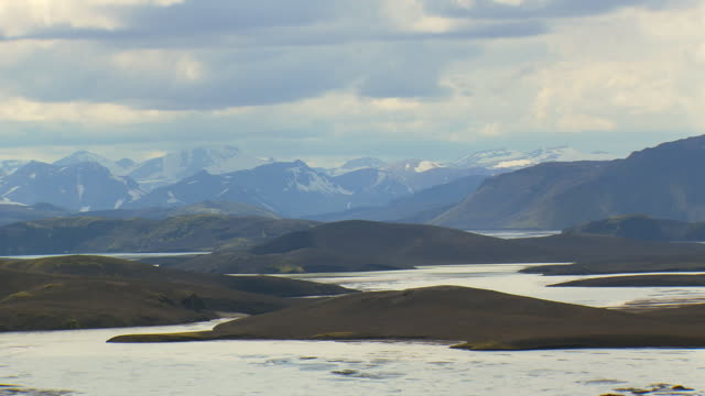 vídeos de stock, filmes e b-roll de ws aerial zo view of mountains and river at landmannalaugur / iceland - islândia central