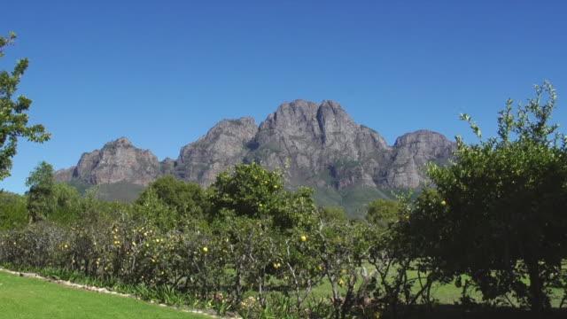 vídeos y material grabado en eventos de stock de ws view of mountains surrounding boschendal wine estate / franschhoek, western cape, south africa - cabo winelands