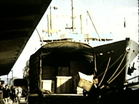 ws ms pan view of mt vesuvius and naples, ships in harbor and street scenes / naples, italy / audio - ナポリ点の映像素材/bロール