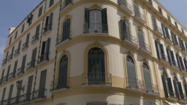vídeos de stock e filmes b-roll de view of museo casa natal de picasso in plaza de la merced, malaga, andalucia, spain, europe - museu