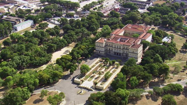 vidéos et rushes de ws aerial view of museu nacional - ufrj / rio de janeiro, brazil - musée