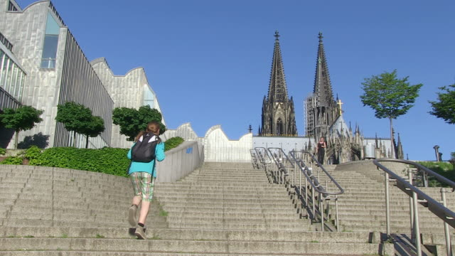 vidéos et rushes de ms view of museum ludwig and cathedral / cologne, north rhine westphalia, germany - museum
