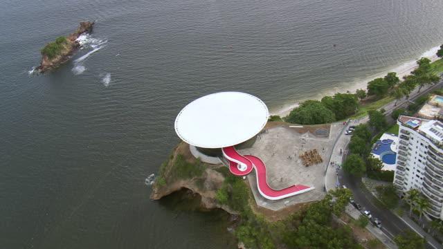 ws aerial view of museum of contemporary art / rio de janeiro, brazil - art stock-videos und b-roll-filmmaterial